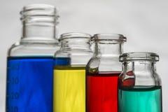 Reeks laboratoriumflessen met vloeistof stock foto's