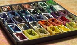 Reeks lege waterverfverven voor het schilderen van close-up Stock Foto's