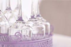 Reeks lege wijnglazen in lilac dienblad Royalty-vrije Stock Afbeelding