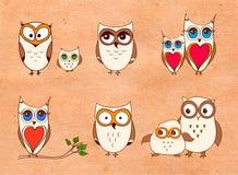 Reeks leuke uilen Vectorbeeldverhaaluilen en jonge uilenvogels op witte achtergrond stock illustratie