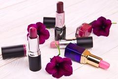 Reeks lippenstiften met bloemen royalty-vrije stock foto's