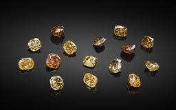 Reeks luxe gele en bruine transparante fonkelende halfedelstenen van diverse de diamantencollage van de besnoeiingsvorm op zwarte royalty-vrije stock fotografie
