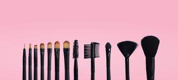 Reeks make-upborstels op gekleurde samengestelde achtergrond royalty-vrije stock foto's