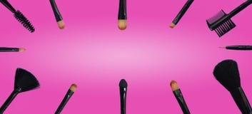 Reeks make-upborstels op gekleurde samengestelde achtergrond royalty-vrije stock foto