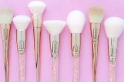 Reeks make-upborstels op roze gekleurde samengestelde achtergrond Het hoogste vlakke meningspunt, legt royalty-vrije stock foto