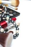 Reeks make-uphulpmiddelen op witte achtergrond met copyspace Stock Foto