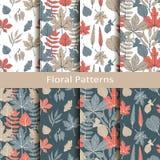 Reeks met acht naadloze vector bloemenpatronen met hand getrokken bladeren ontwerp voor verpakking, dekking, textiel vector illustratie