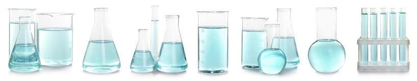 Reeks met laboratoriumglaswerk voor chemische analyse stock afbeelding