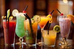 Reeks met verschillende cocktails op lijst Royalty-vrije Stock Foto's