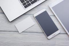 Reeks moderne computerapparaten - laptop, tablet en telefoon Collectief kantoorbehoeften brandmerkend model stock afbeelding