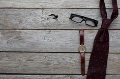 Reeks modieuze mensen op rustieke houten achtergrond, hoogste mening Royalty-vrije Stock Foto's