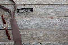 Reeks modieuze mensen op rustieke houten achtergrond, hoogste mening Royalty-vrije Stock Afbeeldingen