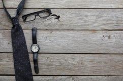 Reeks modieuze mensen op rustieke houten achtergrond, hoogste mening Stock Foto