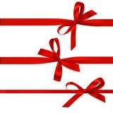 Reeks mooie decoratieve bogen met horizontaal lint voor giftdecoratie Vector rode die boog op wit wordt geïsoleerd Royalty-vrije Stock Foto
