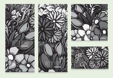Reeks mooie vectorkaarten met zwart-wit lichtgrijze bloemenachtergrond Stock Afbeeldingen