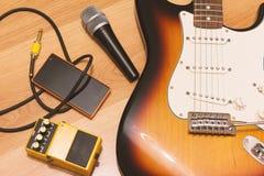 Reeks muziekvoorwerpen met zonnestraal elektrische gitaar Royalty-vrije Stock Foto's