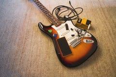 Reeks muziekvoorwerpen op elektrische enige gitaar, brede hoek Stock Fotografie