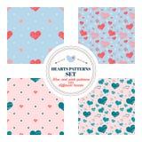 Reeks naadloze patronen met grote en kleine harten van verschillende kleuren Rood, roze, blauw Op lichtblauwe, roze en beige acht Stock Afbeelding