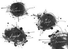Reeks namen van zomermaand: juni, juli, augustus, met de hand met vloeibare inktkleurstof wordt getrokken, in stijl die uit de vr Royalty-vrije Stock Afbeeldingen