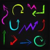 Reeks neon vectorpijlen op een zwarte achtergrond. Royalty-vrije Stock Foto's