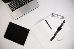 Reeks notitieboekje, Blocnote, pennen, glazen en andere gadgets voor wor royalty-vrije stock fotografie