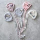 Reeks offerte gebreide hoeden voor pasgeboren Royalty-vrije Stock Foto