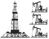 Reeks oliepompen en installatiesilhouetten Stock Foto's