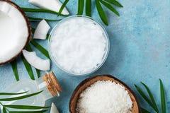 Reeks organische kokosnotenproducten voor kuuroord, schoonheidsmiddelen of voedselingrediënten Olie, water en spaanders hoogste m stock fotografie