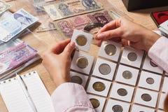 Reeks oude muntstukken in de zakken stock foto's