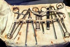 Reeks oude, uitstekende chirurgische instrumenten royalty-vrije illustratie