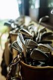 Reeks oude uitstekende golfclubs in zak stock afbeelding