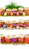 Reeks Pasen-cakes met kleurrijke linten, decoratieve eieren, gras Stock Afbeeldingen