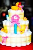 Reeks pasgeboren babydingen - de cake maakte van luiers op donkere achtergrond Stock Fotografie