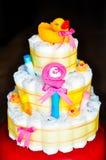 Reeks pasgeboren babydingen - de cake maakte van luiers op donkere achtergrond Royalty-vrije Stock Fotografie