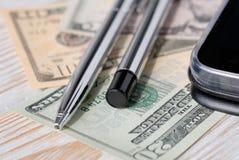 Reeks pennen, telefoon en rekeningen op een lichte achtergrond royalty-vrije stock foto's