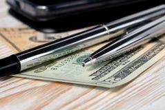 Reeks pennen, telefoon en rekeningen op een lichte achtergrond Ondiepe Diepte van Gebied royalty-vrije stock foto's