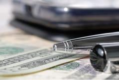 Reeks pennen, telefoon en rekeningen op een lichte achtergrond Ondiepe Diepte van Gebied stock afbeelding