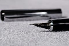 Reeks pennen voor het schrijven op een lichte achtergrond Ondiepe Diepte van Gebied royalty-vrije stock afbeelding