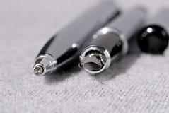 Reeks pennen voor het schrijven op een lichte achtergrond Ondiepe Diepte van Gebied royalty-vrije stock fotografie