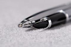 Reeks pennen voor het schrijven op een lichte achtergrond Ondiepe Diepte van Gebied royalty-vrije stock afbeeldingen