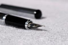 Reeks pennen voor het schrijven op een lichte achtergrond Ondiepe Diepte van Gebied royalty-vrije stock foto