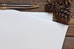 Reeks pijnbomenpen en document bladen op houten lijst Stock Foto's