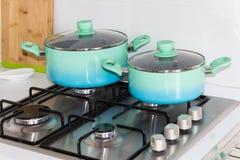 Reeks potten, keuken, fornuis, comfortabele nieuwe keuken stock afbeelding