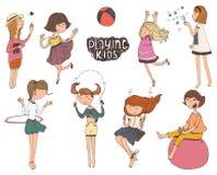 Reeks pret en vriendelijke jonge geitjesillustraties Meisjes die, glimlachen, die op speelplaats springen in openlucht spelen Stock Fotografie