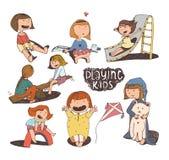 Reeks pret en vriendelijke jonge geitjesillustraties Meisjes die, glimlachen, het koesteren, die op speelplaats springen in openl Royalty-vrije Stock Foto's