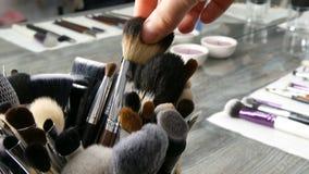 Reeks professionele borstels voor samenstelling op lijst in kleedkamer De manierindustrie Hoge modeshowcoulisse makeup stock videobeelden