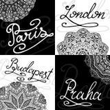 Reeks retro kaarten, de namen van de Kalligrafiestad Hand-van letters voorziende emblemen vectorillustratie Royalty-vrije Stock Afbeeldingen
