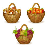 Reeks rieten manden met vruchten, paddestoelen Stock Foto