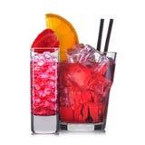 Reeks rode cocktails met decoratie van vruchten en kleurrijk die stro op witte achtergrond worden geïsoleerd Stock Afbeeldingen