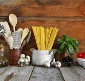 Reeks ruwe ingrediënten voor Italiaanse deegwaren op een houten achtergrond Royalty-vrije Stock Fotografie